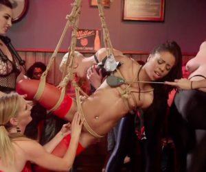 Séquence BDSM avec Kira Noir et ses drôles de dames